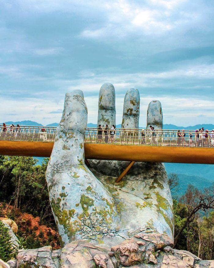 puente sostenido por dos manos gigantes