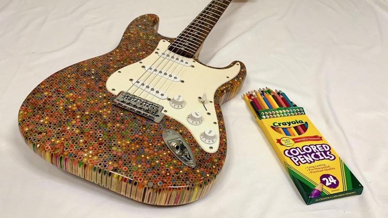 Diseño de guitarra eléctrica hecha con crayones