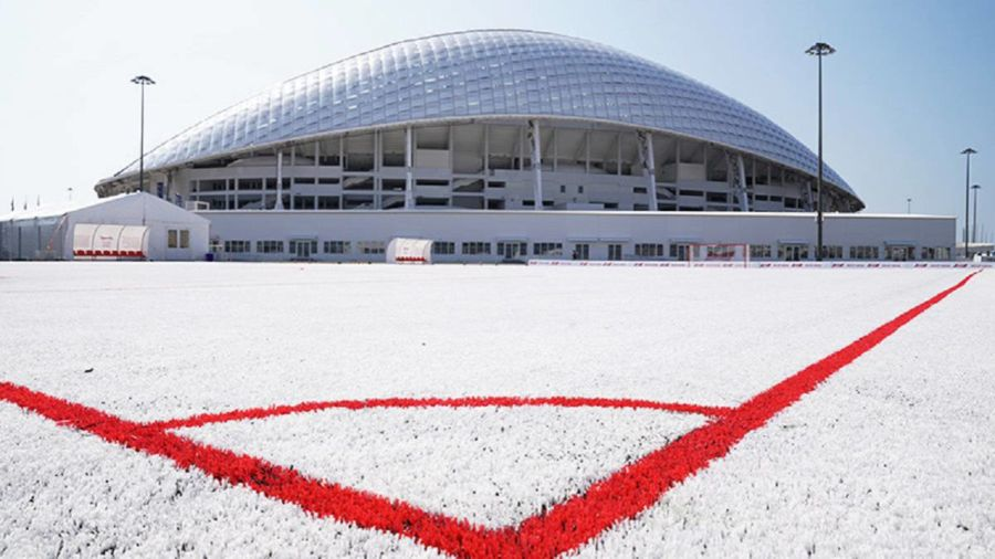 Campo de fútbol hecho con vasos reciclados