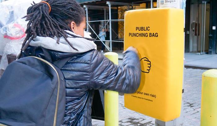 Campaña instala sacos públicos de box para acabar con el estrés