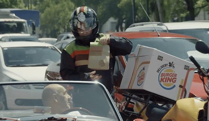 Burger King lleva comida a personas atrapadas en el trafico
