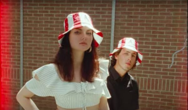 Sombreros en forma de cubos de pollo frito de KFC